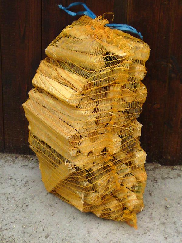 3. Anmachholz in Säcken